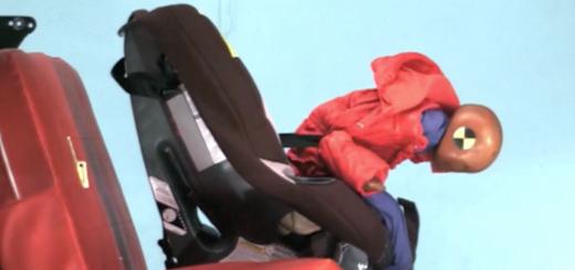 kurtka zimowa i fotelik samochodowy